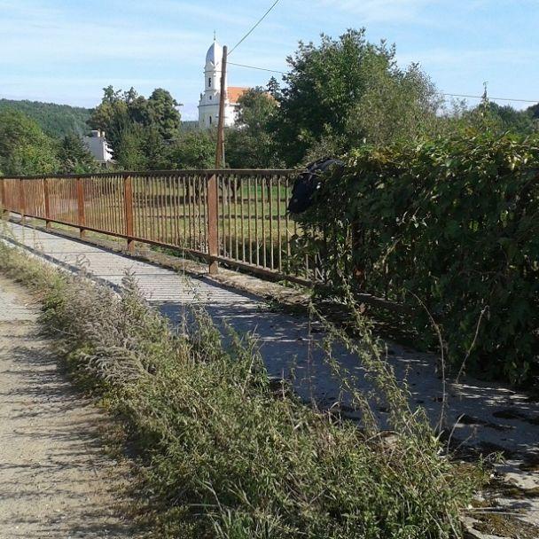 Most červeň